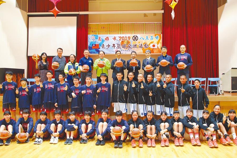 日本八王子市青少年籃球菁英選手27日到高雄鼓山區七賢國中進行籃球交流賽,雙方好手相互切磋過招,以球會友加深兩城市友好關係。(洪浩軒攝)