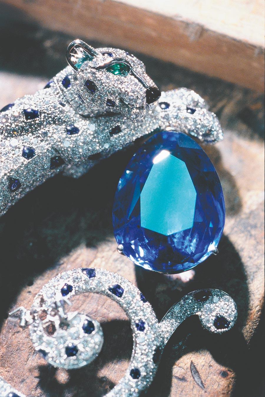 珠寶大師以固定或銜接的方式,將各個部位結合成一體,一只美洲豹珠寶作品終於完成。(Cartier提供)