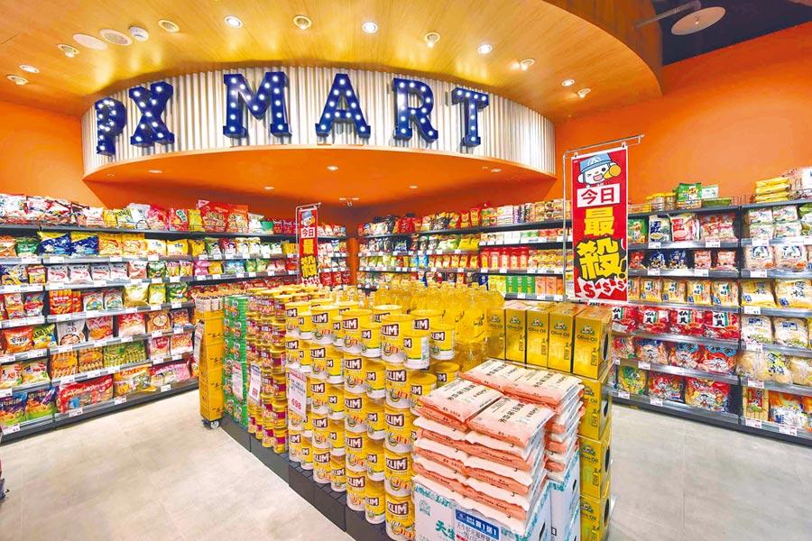 全聯中和新生店占地290坪,是西川隆設計的首家美式風格門市,休閒食品區迎合年輕族群的喜好。(全聯提供)