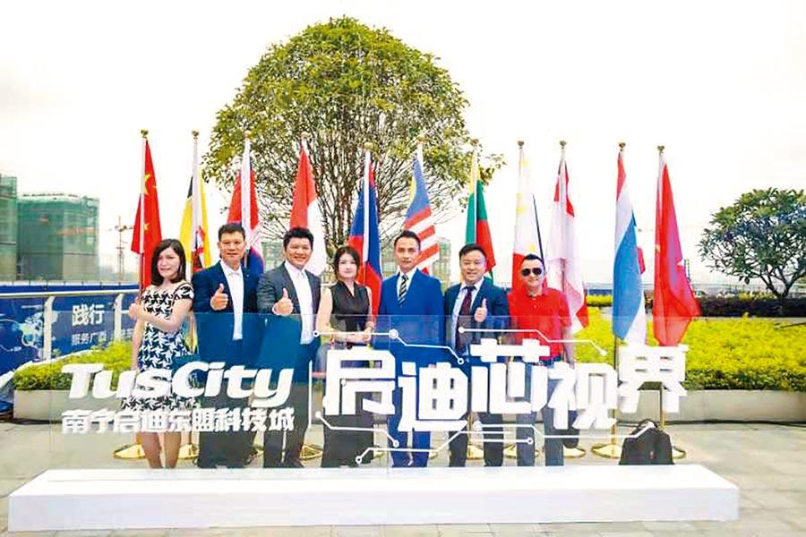 南寧台協副會長林大為(左3)創立的勝華文創是首個進入清華科技園啟迪之星(南寧)一帶一路孵化基地的台青項目。(林大為提供)