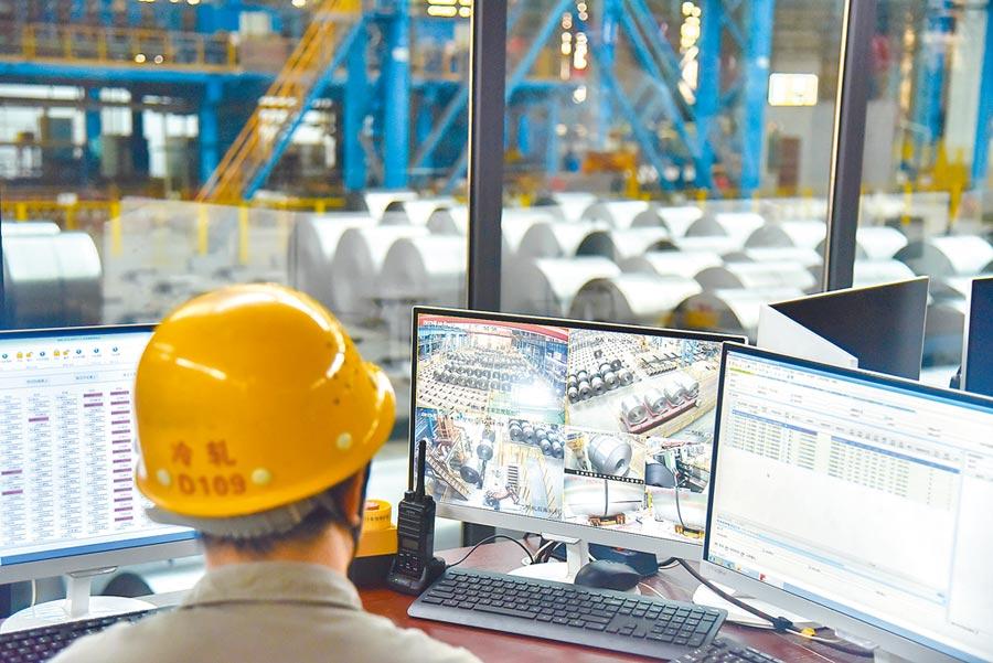 2019年10月16日,廣西柳州鋼鐵集團自動吊裝設備將冷軋鋼捲吊裝到預定位置。(中新社)
