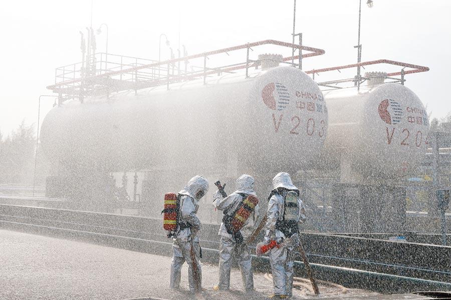 2018年11月9日,廣西防城港石油化工消防演練。(中新社)