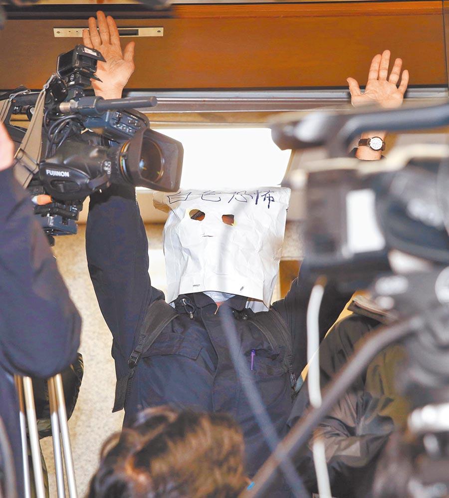 新黨記者會,支持者頭戴白紙袋寫著白色恐怖表達對蔡政府的不滿。(本報系資料照片)