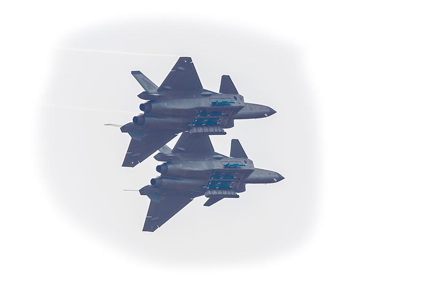 解放軍殲-20戰機開啟彈倉亮出其掛載的飛彈。(中新社資料照片)