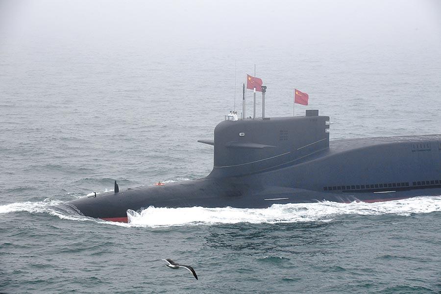 4月23日,大陸某新型核潛艦在解放軍海軍成立70周年海上閱艦活動上,接受檢閱。(新華社)