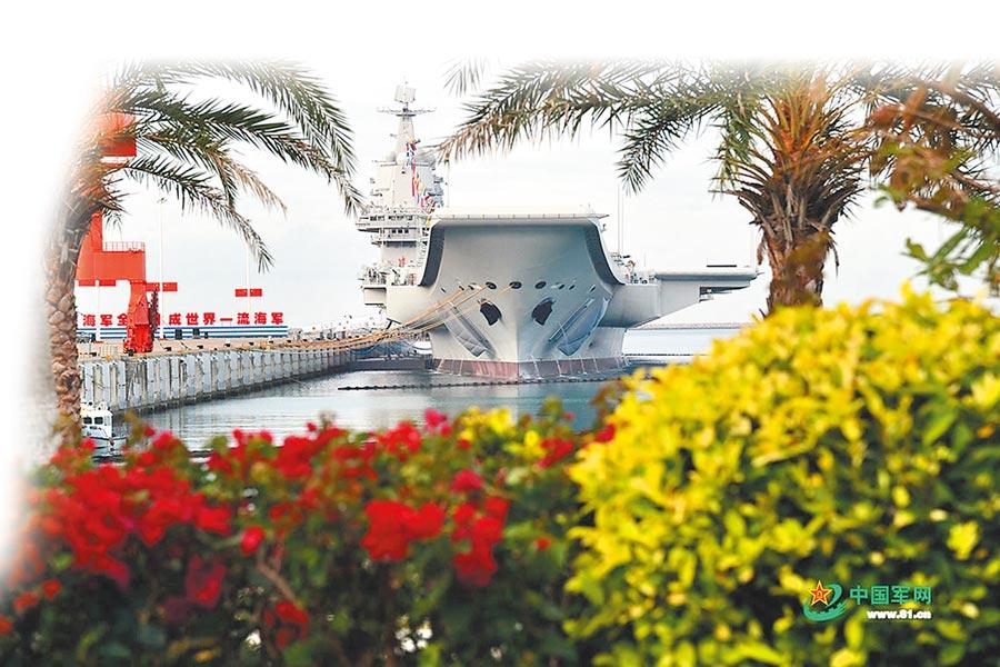 12月17日,大陸首艘國產航母「山東艦」在海南三亞交付解放軍海軍。(取自中國軍網)