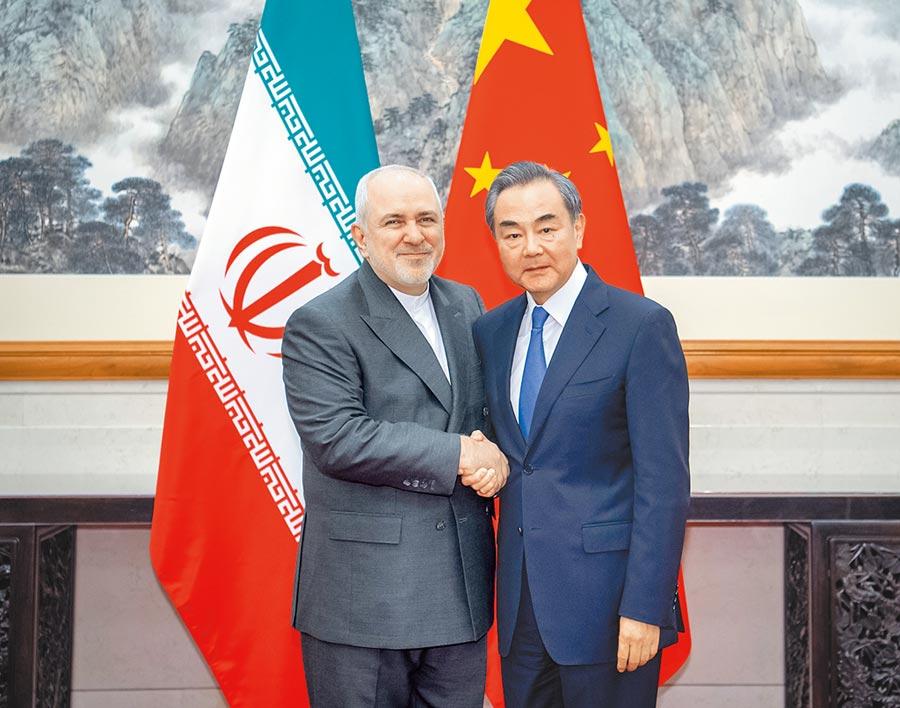 8月,大陸國務委員兼外交部長王毅(右)在北京同伊朗外長扎里夫會談。(新華社資料照片)