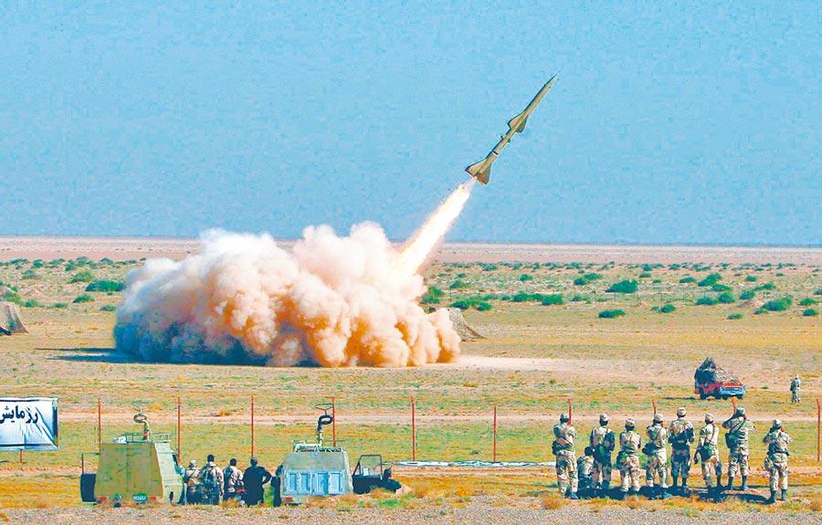 在中美摩擦升級下,大陸需伊朗牽制美國,圖為伊朗仿大陸紅旗-2飛彈的M-7式戰術飛彈。(取自新浪網)