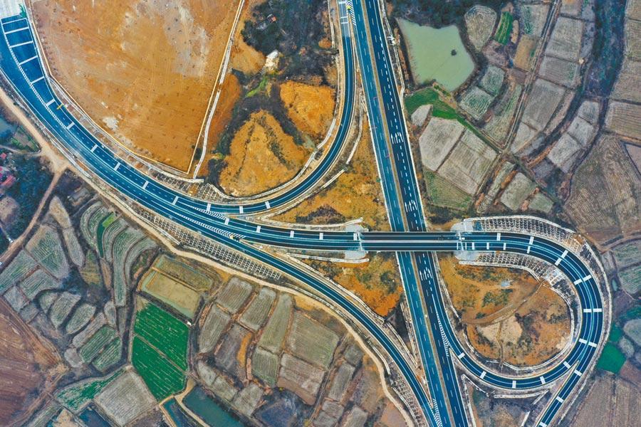 大陸專家建議透過基礎建設穩增長。圖為2019年12月20日,湖北棗潛高速公路即將通車。(新華社)