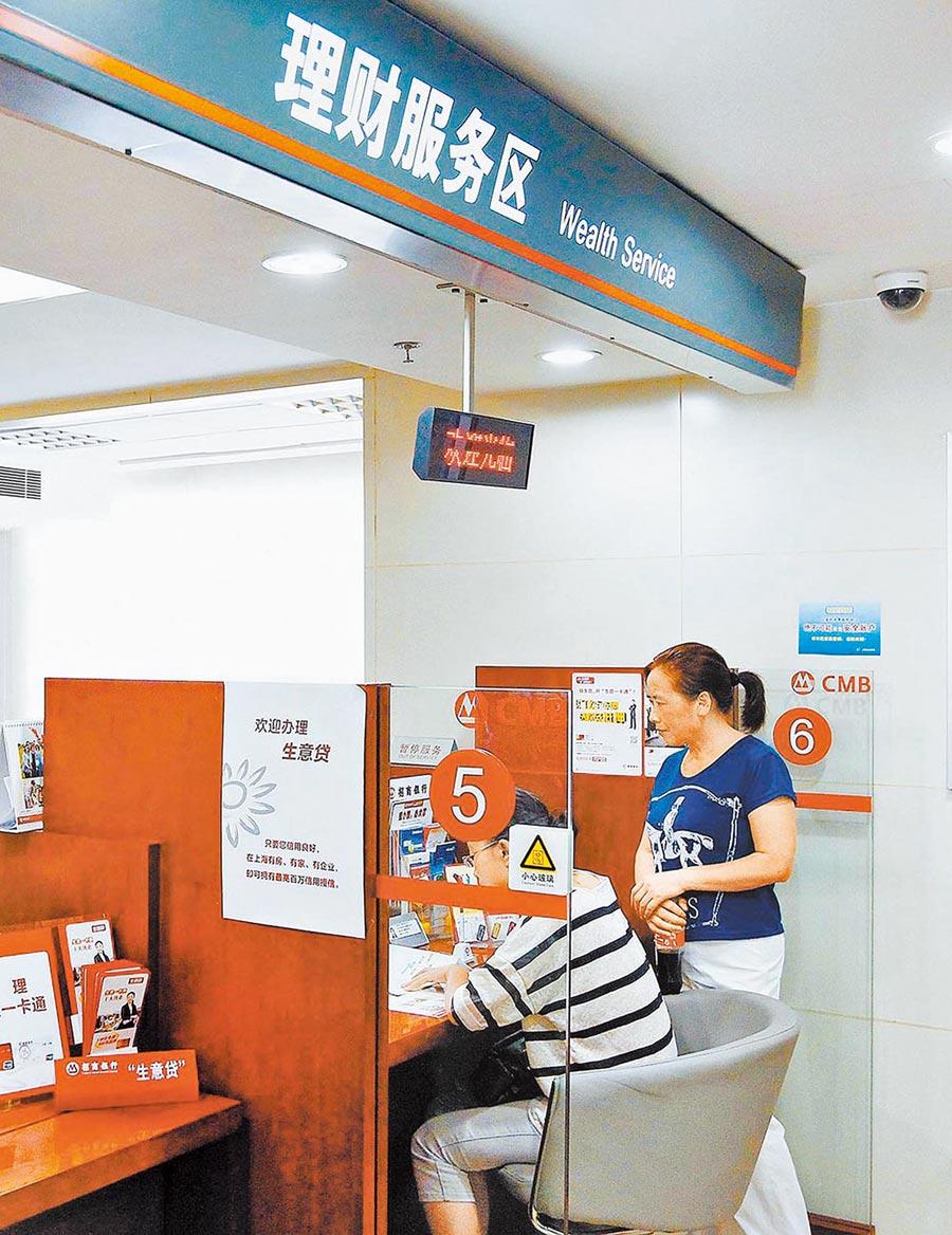 市民在上海一家銀行內諮詢理財產品。(新華社資料照片)