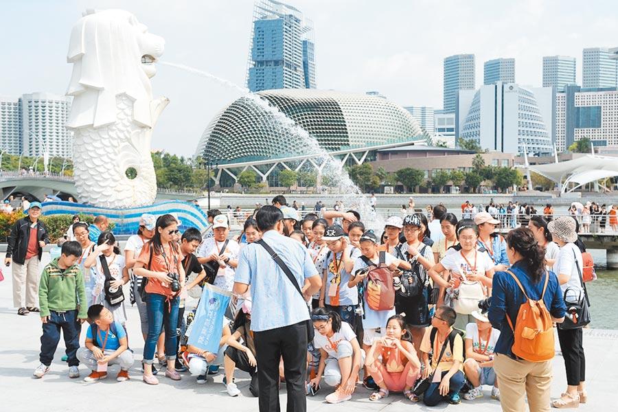 遊客在新加坡魚尾獅公園遊覽。(新華社資料照片)