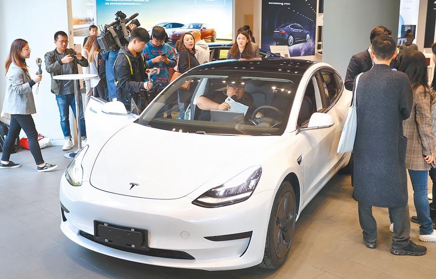 11月22日,在上海太古匯特斯拉體驗店,一輛model 3車揭開幕布。(中新社)