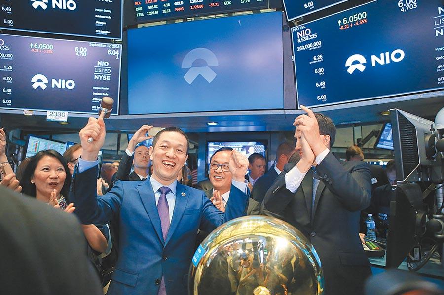 2018年9月12日,蔚來汽車登陸美國紐交所,創辦人、董事長李斌(前左)慶祝完成第一筆交易。(新華社)