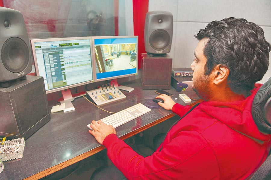 陸劇熱銷全球,圖為1月9日,埃及首都開羅的振動配音工作室工作人員給陸劇的阿語配音做技術處理。(新華社)