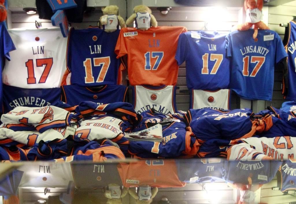 NBA商店在林來瘋時期堆滿林書豪的商品。(美聯社資料照)