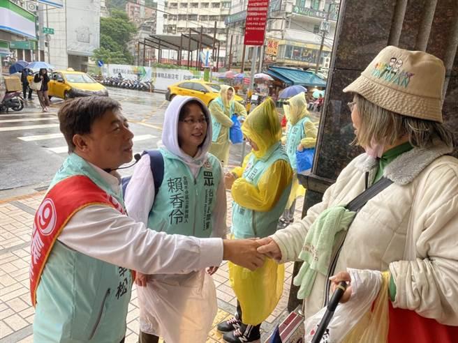 儘管冒著大雨,張幸松和賴香伶仍努力地到選區拜票,把握最後關鍵時刻。(游念育攝)