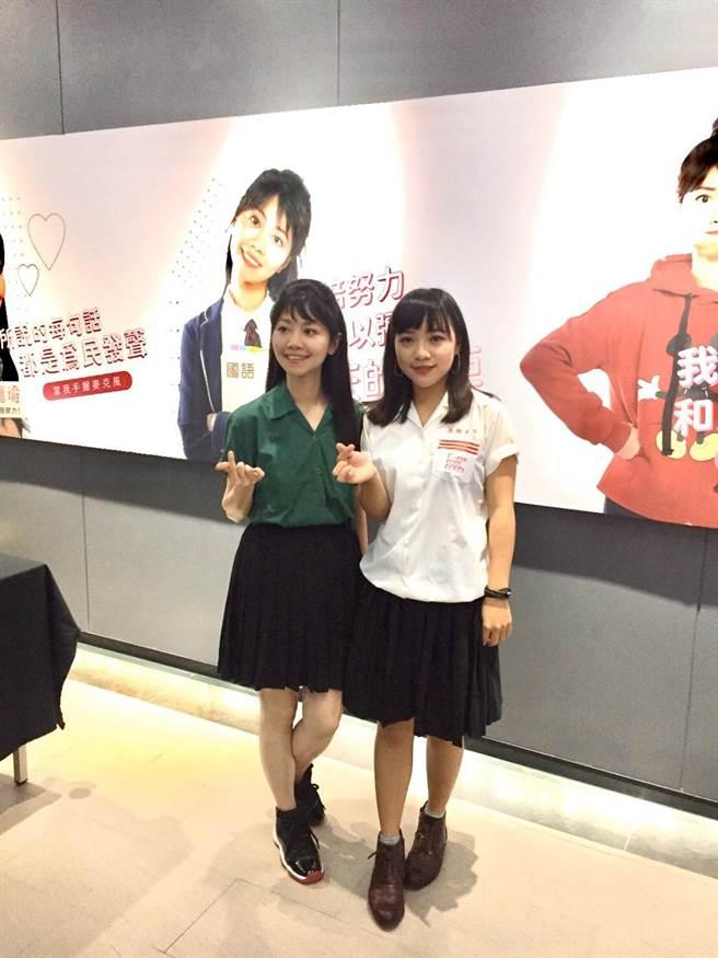 「港湖女神」高嘉瑜(左)與「翻白眼女神」黃捷(右)PK高中制服,萌翻觀眾眼球。(高嘉瑜研究室提供/張穎齊台北傳真)