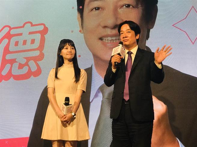 「港湖女神」高嘉瑜(左)與民進黨副總統候選人賴清德(右)同台尬歌。(張穎齊攝)
