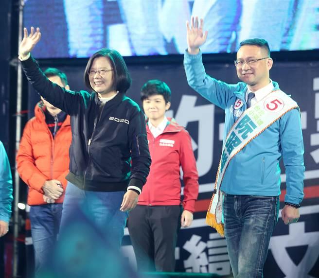 蔡英文總統(左起)、阮昭雄揮手向冒雨與會熱情支持者致意,爭取勝選。(陳怡誠攝)