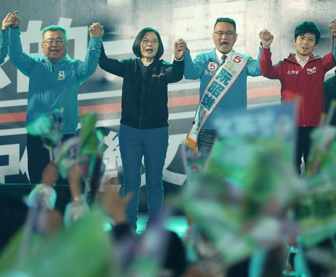 蔡英文總統(左二) 、阮昭雄(右二)高舉雙拳與熱情支持者高喊:凍蒜 、國會過半。(陳怡誠攝)