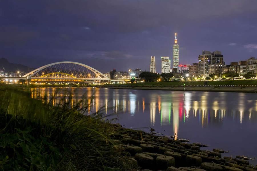 彩虹河濱公園位於101大樓的北北東方屬於上風處 煙火可清楚呈現。(圖取自台北旅遊網)