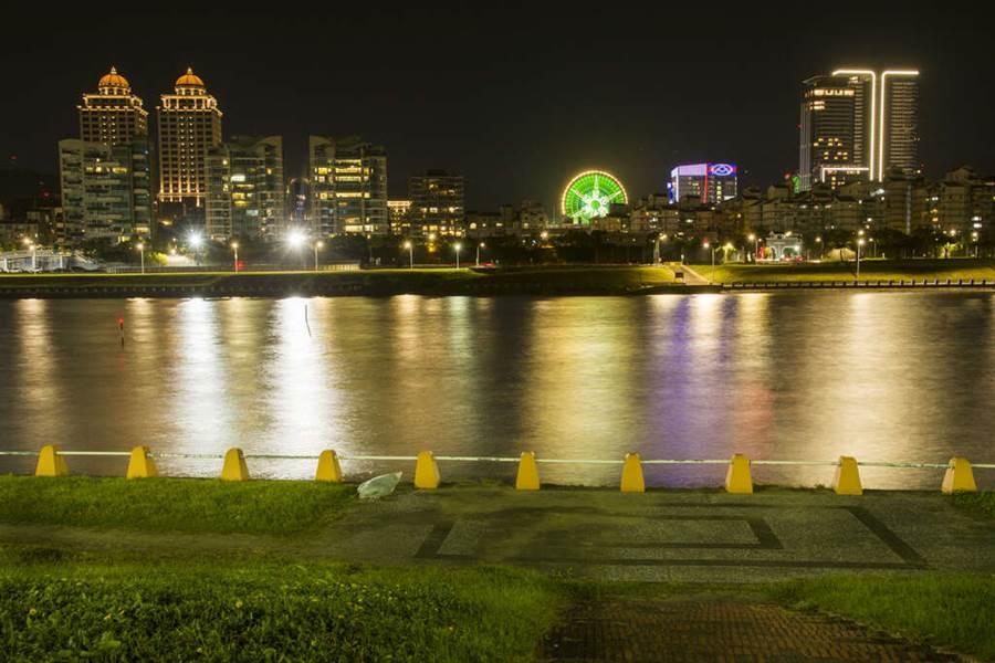 美麗華煙火今年高達300秒 拍攝點建議在迎風河濱公園。(圖取自台北旅遊網)