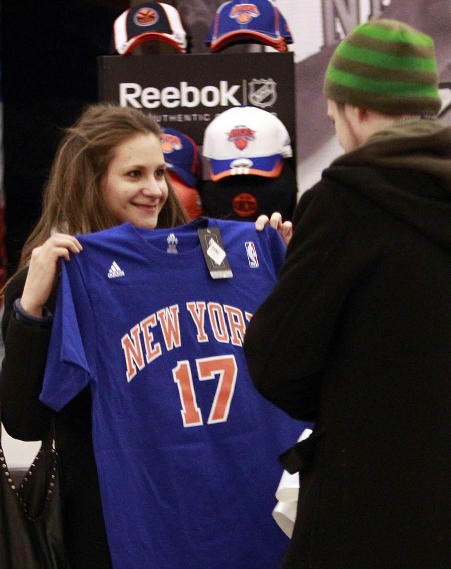 紐約球迷購買林書豪的球衣。(美聯社資料照)