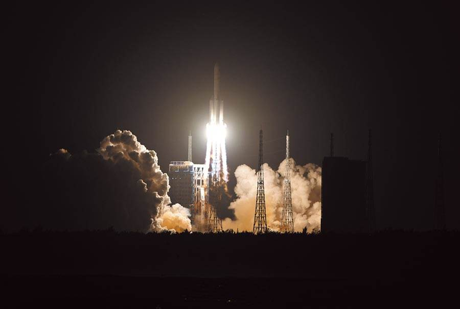 12月27日,長征五號遙三運載火箭在海南文昌航天發射場,成功發射實踐二十號衛星。(新華社)