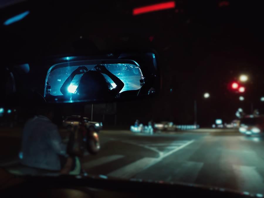 深夜遇鄰車與客對看 司機下秒發毛(示意圖/達志影像)