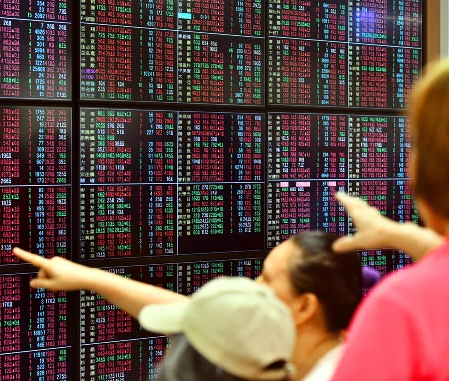 分析師認為,台股的資金動能不停歇,有實力與機會挑戰歷史高點12682點。(資料照)