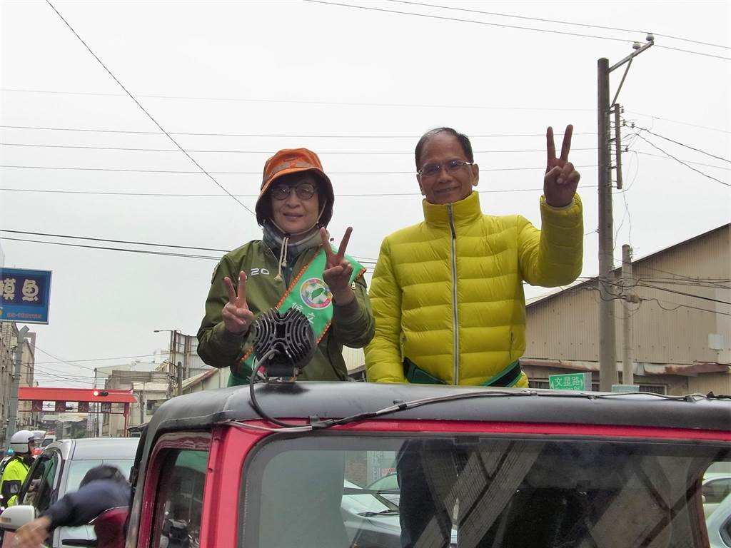 蘇治芬(左)邀游錫堃(右)站台,強調有信心連任保護農民。(張朝欣攝)