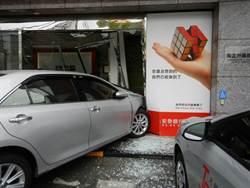女駕車誤踩油門撞銀行 玻璃碎滿地幸無傷亡