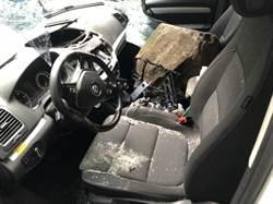 中橫巨石砸車直接打洞 兩人命超大逃死