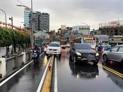 下雨視線不佳 汽車「騎」上分隔島