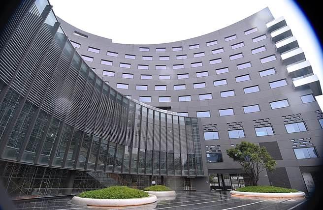 台北大直英迪格酒店(Hotel Indigo Taipei North),建築由知名建築師姚仁喜設計,海螺形的外觀非常搶眼。(圖/姚舜)
