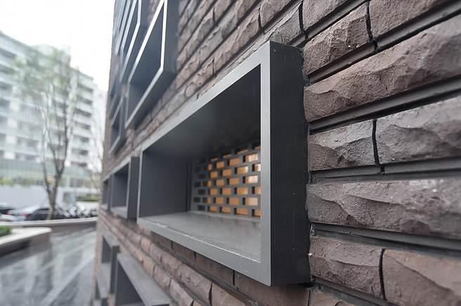 台北大直英迪格酒店的整棟建築外觀,共用掉了52萬塊手工窯燒磚,費時五年工期完成。(圖/姚舜)