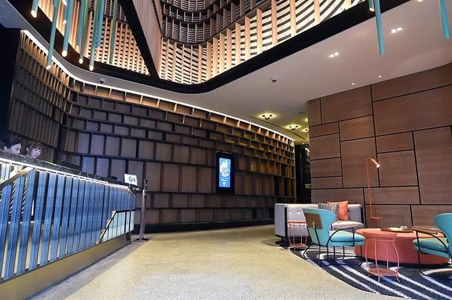 台北大直英迪格酒店的Check in入住接待大廳,以砌磚與河流意象訴說大直故事。(圖/姚舜)