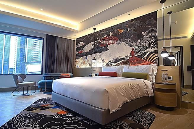 台北大直英迪格酒店有149間客房,設計師以龍舟、龍鱗、水流、堆疊的磚瓦,以及養鴨人家場景,營造空間視覺品味。(圖/姚舜)