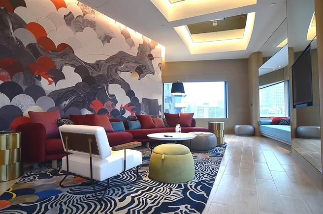 台北大直英迪格酒店的149間客房中有10間套房,其中坪數較大的房型可供企業辦發表會。(圖/姚舜)