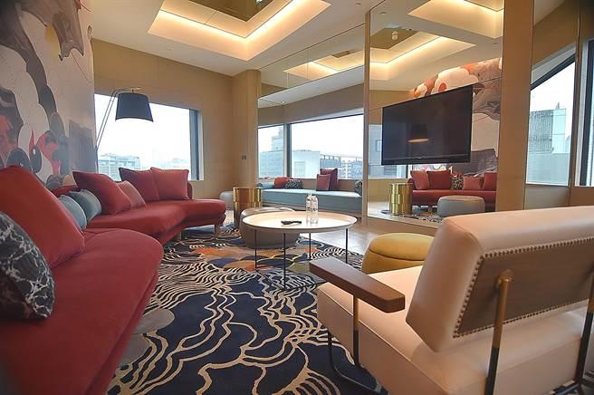 台北大直英迪格酒店內規畫有總統套房,室內採用許多北歐設計風格的家具營現脫俗品味。(圖/姚舜)