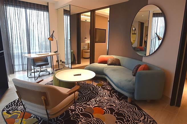 台北大直英迪格酒店的套房中都有客廳,以及造形時尚的工作桌,非常適合商旅型客人入住。(圖/姚舜)