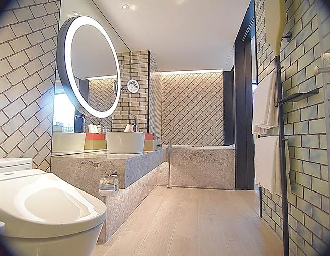台北大直英迪格酒店的客房衛浴,牆面也以砌磚意象體現大直地區的「磚窯文化」。(圖/姚舜)
