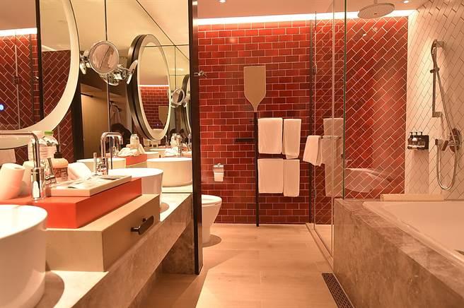 台北大直英迪格酒店套房衛浴空間很大,設計師並用一面紅色磚牆營造搶眼視覺效果。(圖/姚舜)
