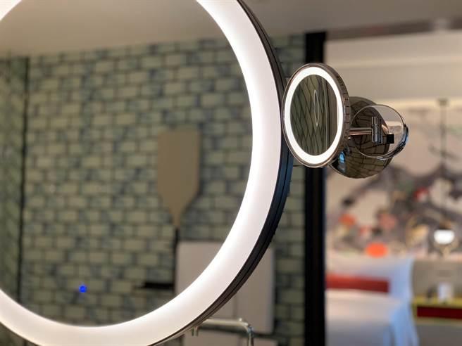 台北大直英迪格酒店客房衛浴的洗臉檯配置有美顏化妝鏡,可讓住客更仔細梳化打理儀容。(圖/姚舜)