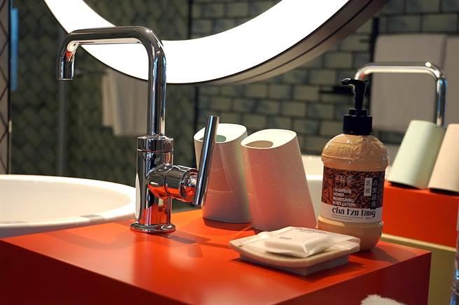 台北大直英迪格酒店客房衛浴內採用的備品,不少是採環保材質設計,並帶有幾分「文創」風格。(圖/姚舜)
