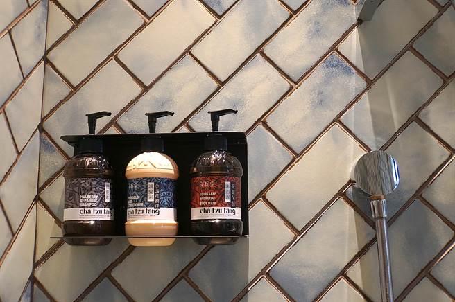 台北大直英迪格酒店浴室採用的洗髮、沐浴用的備品,是台灣在地品牌〈茶籽堂〉的系列。(圖/姚舜)
