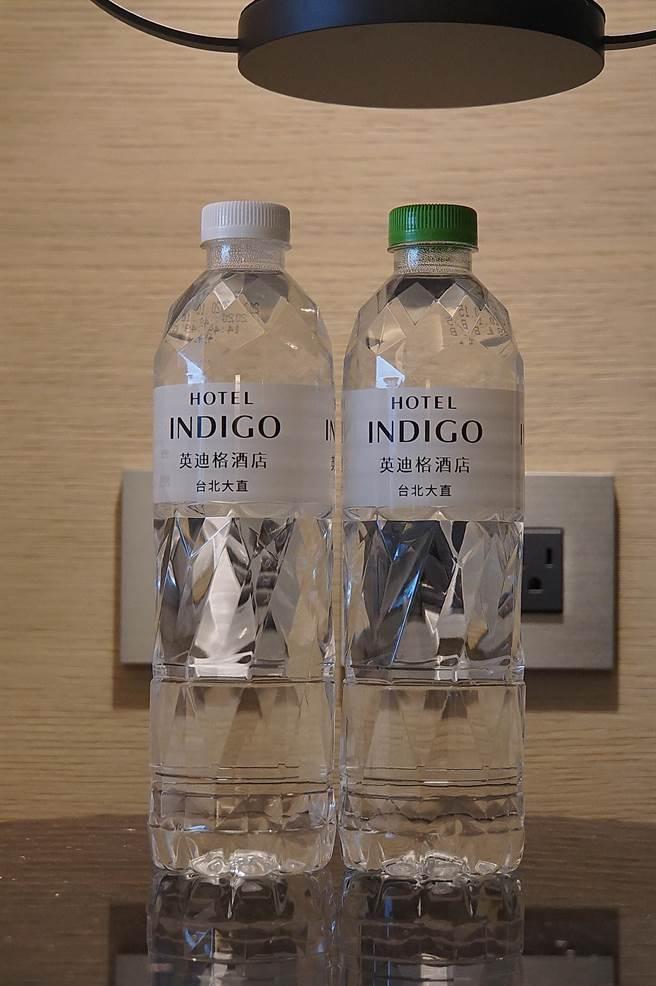 台北大直英迪格酒店客房內的瓶裝水,瓶蓋有不同顏色,方便飲用者辦識,是貼心的細節設計。(圖/姚舜)