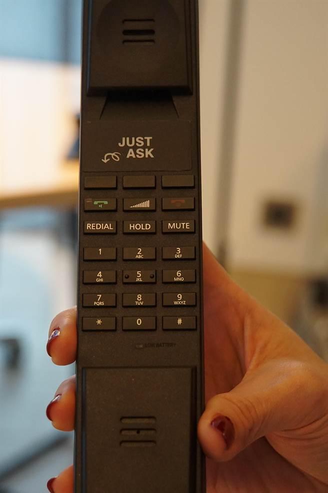 台北大直英迪格酒店客房內的電話造型流線,其要按下一鍵即可直通前檯服務人員。(圖/姚舜)