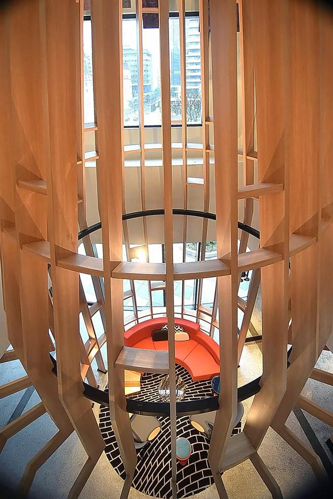 台北大直英迪格酒店4樓中庭到10樓有一挑高區,設計師用木頭設計了一大型鏤空煙囟,表現昔日大直的磚窯意象。(圖/姚舜)