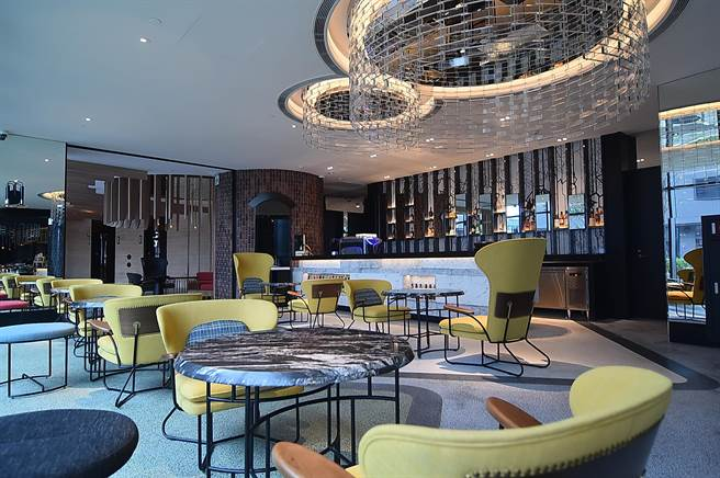 台北大直英迪格酒店4樓〈T.R Bar & Kitchen〉全日餐廳前區是一Bar,走到戶外陽台可遠眺台北101。(圖/姚舜)
